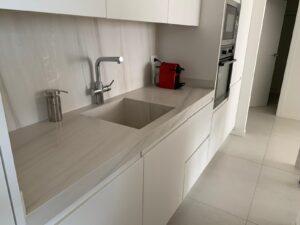 Proyecto cocina Benicàssim. Encimera con fregadero integrado.