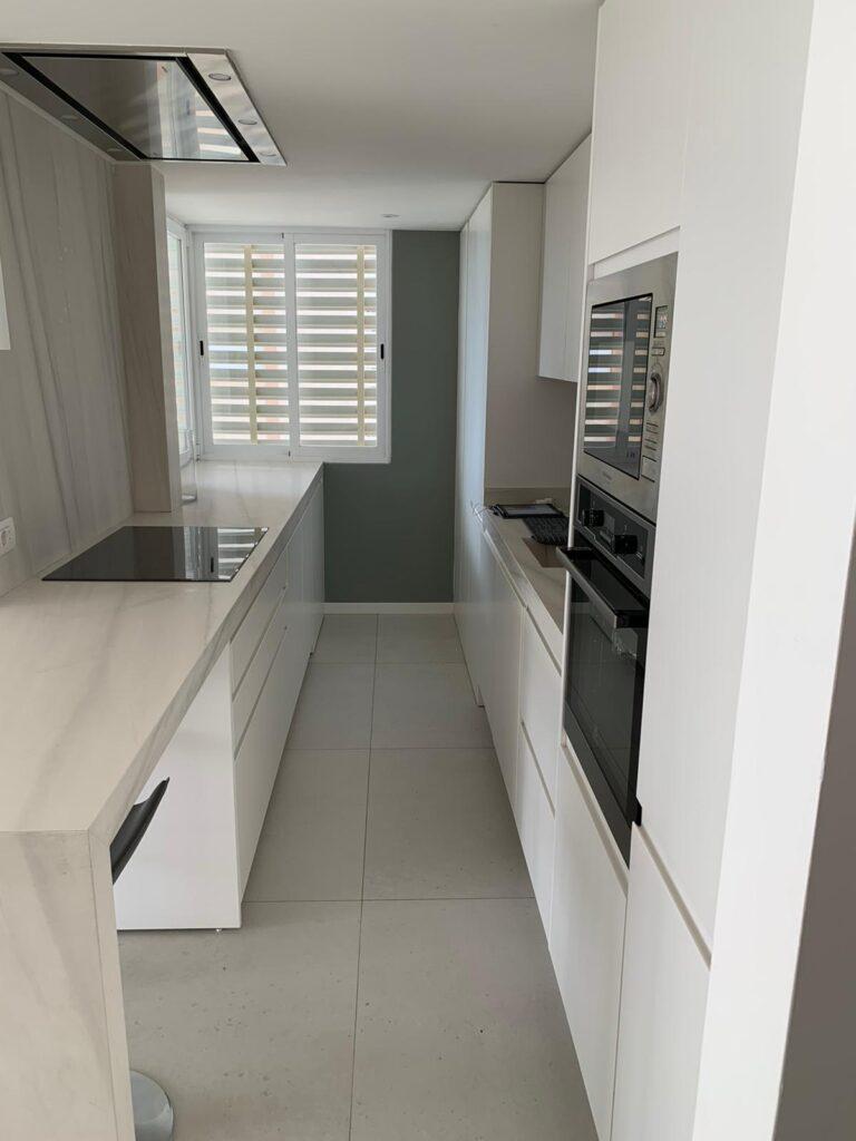 Proyecto cocina Benicàssim. Encimera con extensión en forma de barra.