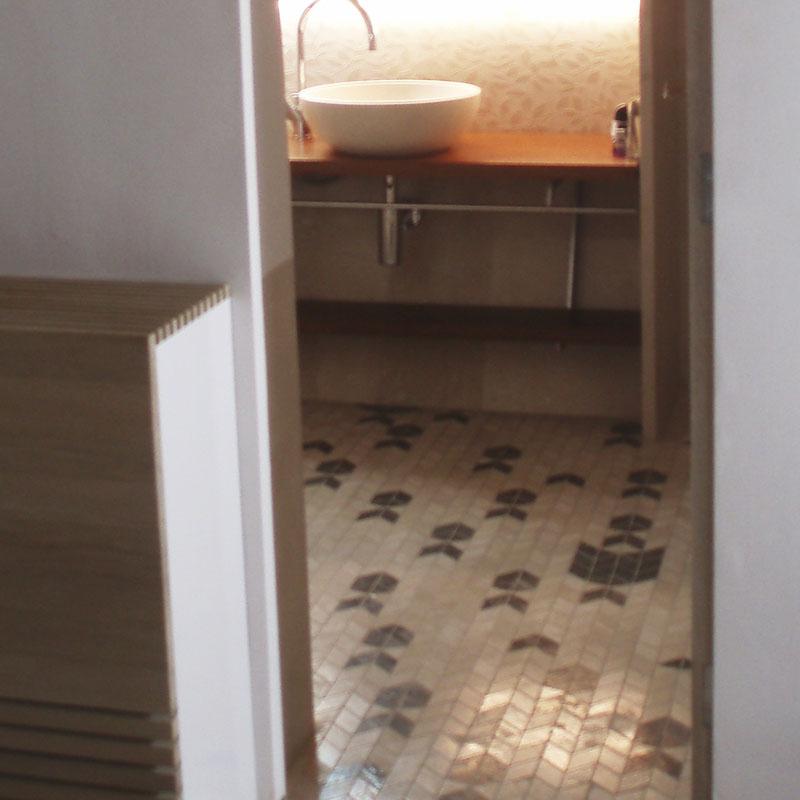 Pavimento mosaico piedra natural peces baño